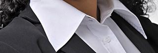 Tipps Portrait-Shooting: weißer Hemdkragen unter dem Kostüm